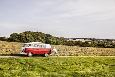 Happy friends inside van in rural landscape - FMKF04555