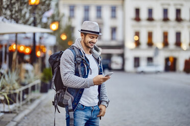 Turist using phone while on vacation in the city - BSZF00096