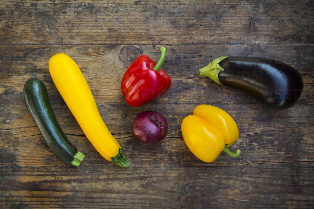 Vegetables on dark wood - LVF06341 - Larissa Veronesi/Westend61