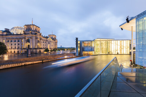 Germany, Berlin, view to lighted Reichstag and Paul-Loebe-Building  with Spree River in the foreground - WDF04174