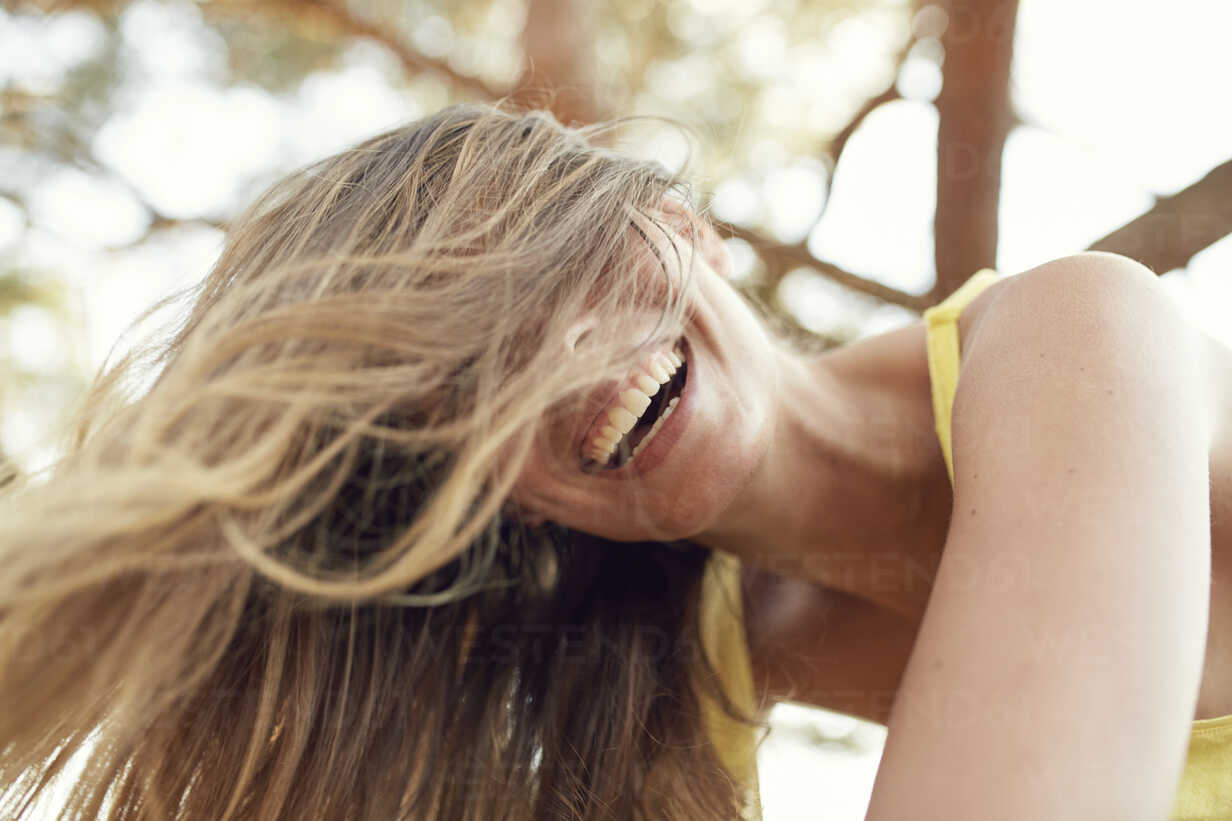 Portrait of laughing young woman with blowing hair - PNEF00218 - Philipp Nemenz/Westend61