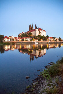 Germany, Meissen, view to Albrechtsburg castle with Elbe River in the foreground - PUF00805