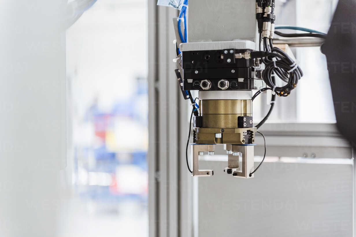 Detail of industrial robot - DIGF02916 - Daniel Ingold/Westend61