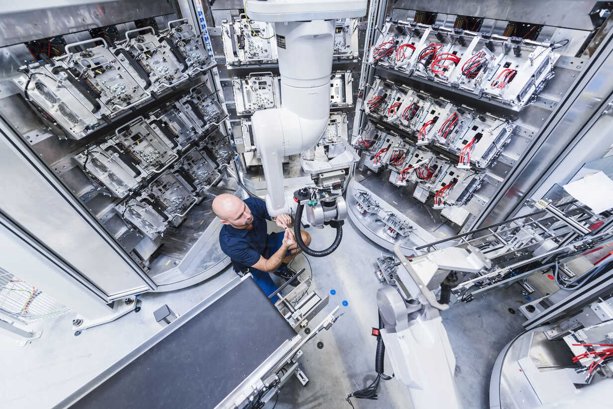 Man working at industrial robot in modern factory - DIGF02932 - Daniel Ingold/Westend61
