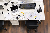 Desks with PCs in bright and modern open space office - FKF02636
