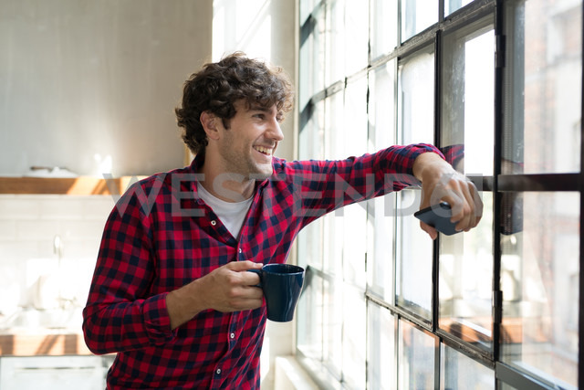 Young entrepreneur standing in company kitchen, drinking coffee - SPCF00224 - Spectral/Westend61