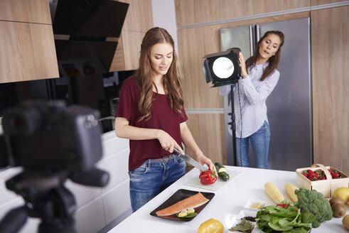 Bloggers cooking in modern kitchen - ABIF00030