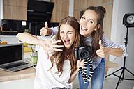 Portrait of bloggers having fun - ABIF00057