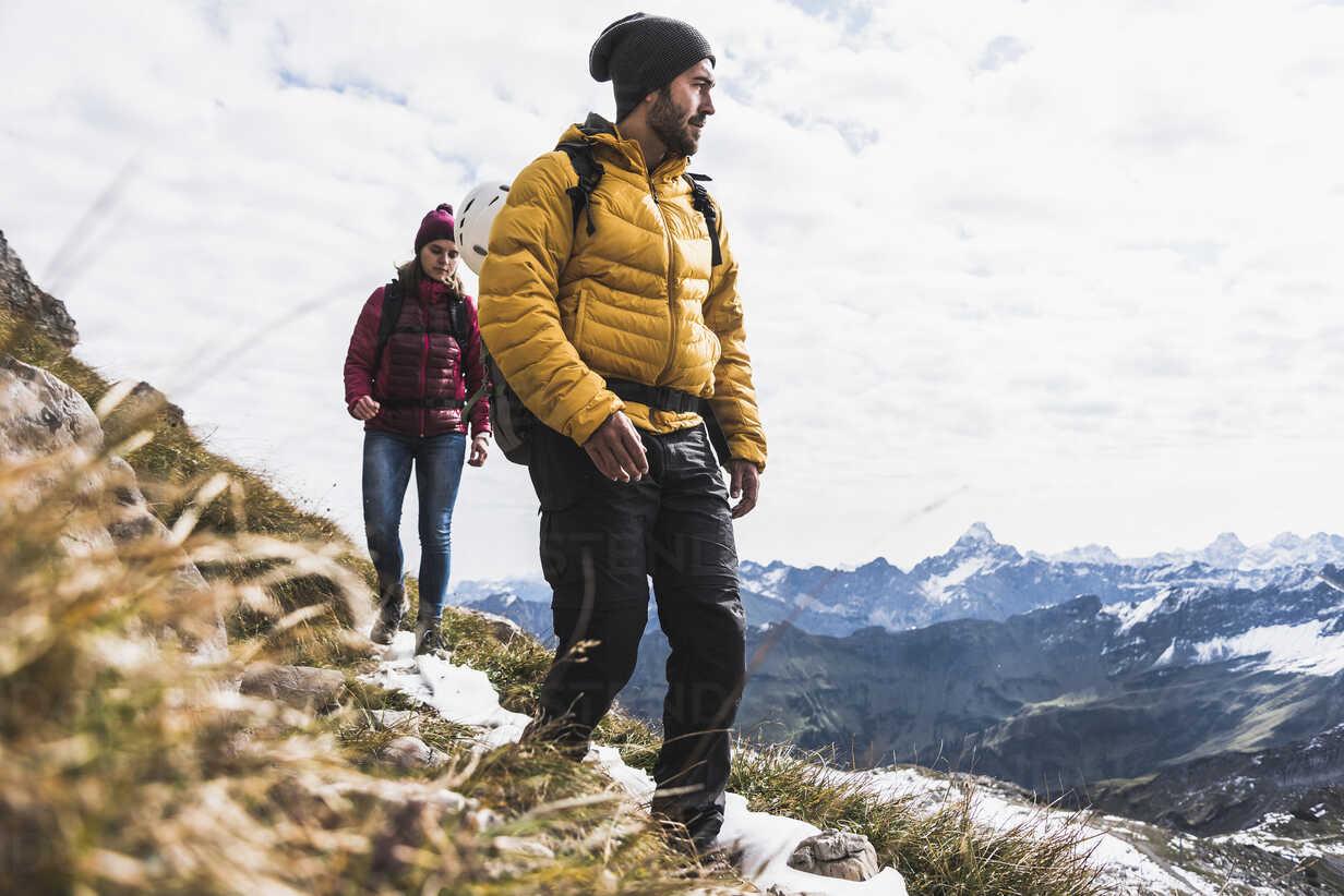 Germany, Bavaria, Oberstdorf, two hikers walking in alpine scenery - UUF12142 - Uwe Umstätter/Westend61