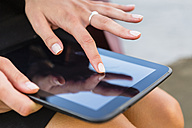 Businesswoman using tablet, close-up - MGIF00198