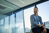 Happy businessman in office - ZEDF00943