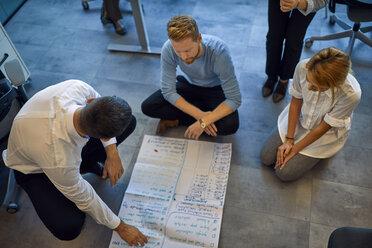Business team brainstorming in office - ZEDF00970