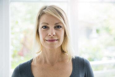 Portrait of confident blond woman - MOEF00240