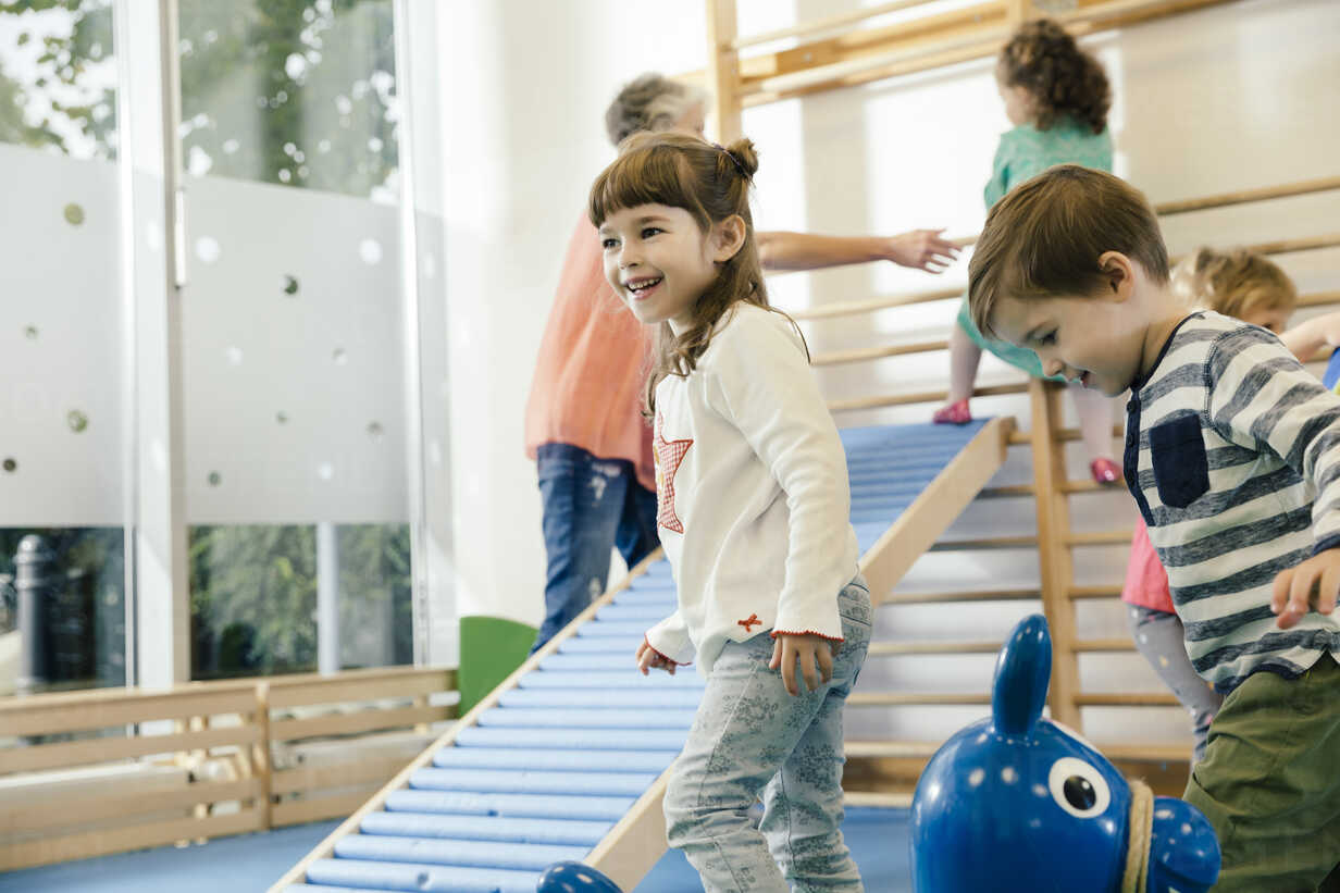 Happy children in gym room in kindergarten - MFF04051 - Mareen Fischinger/Westend61