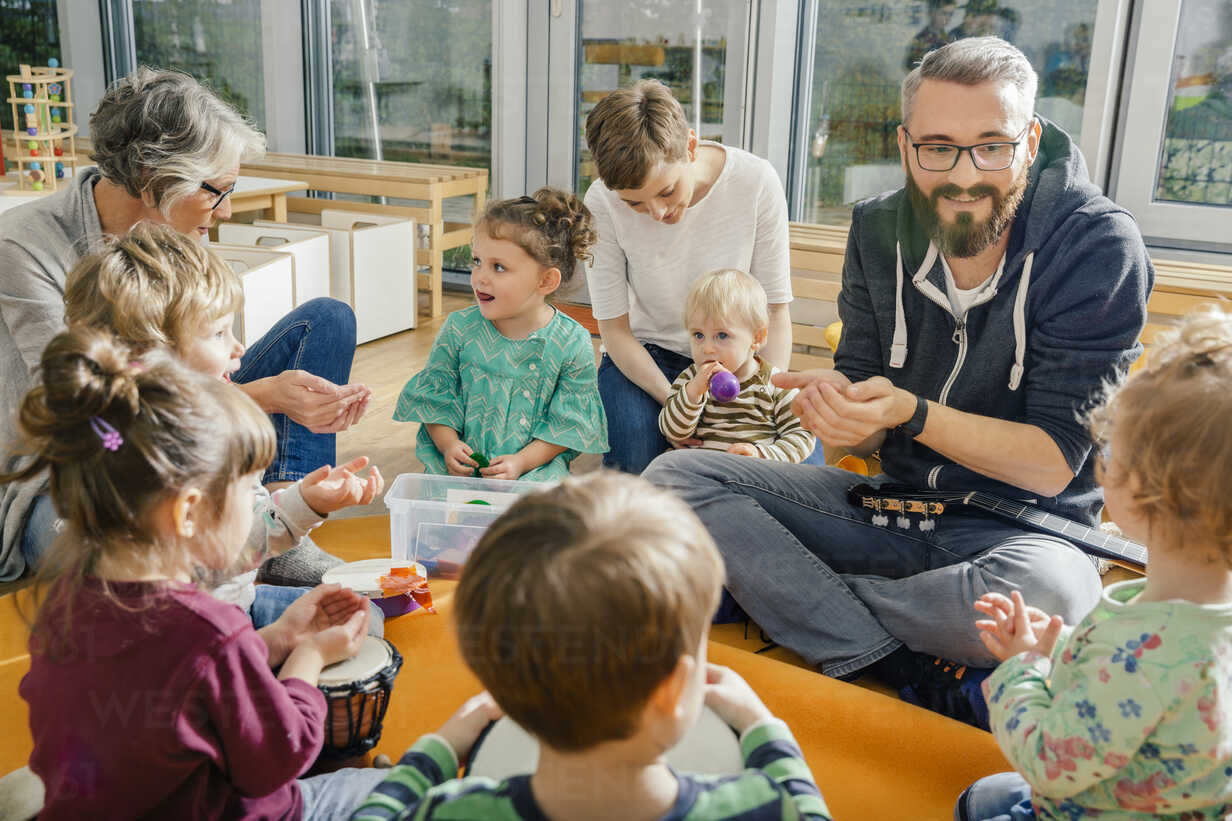 Children and teachers playing and making music in kindergarten - MFF04084 - Mareen Fischinger/Westend61