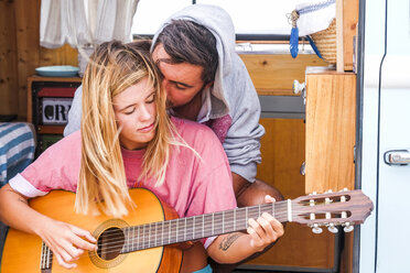 Young couple with guitar in a van - SIPF01838