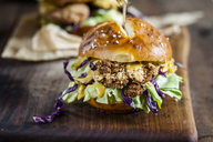 Vegetarian Burger with fried cauliflower, lettuce and curry sauce - SBDF03358