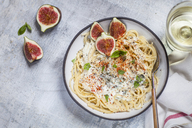 Spaghetti al gorgonzola, spaghetti with gorgonzola sauce, figs and white wine - SBDF03367