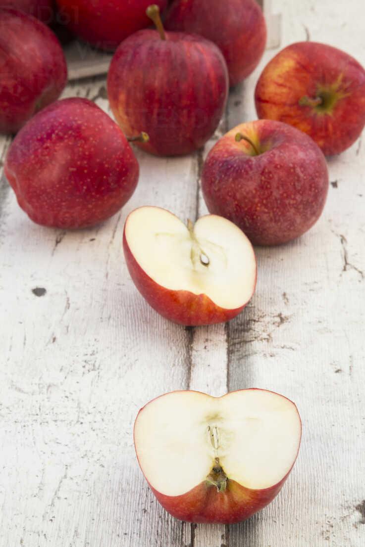 Red apples on wood, halved - LVF06408 - Larissa Veronesi/Westend61