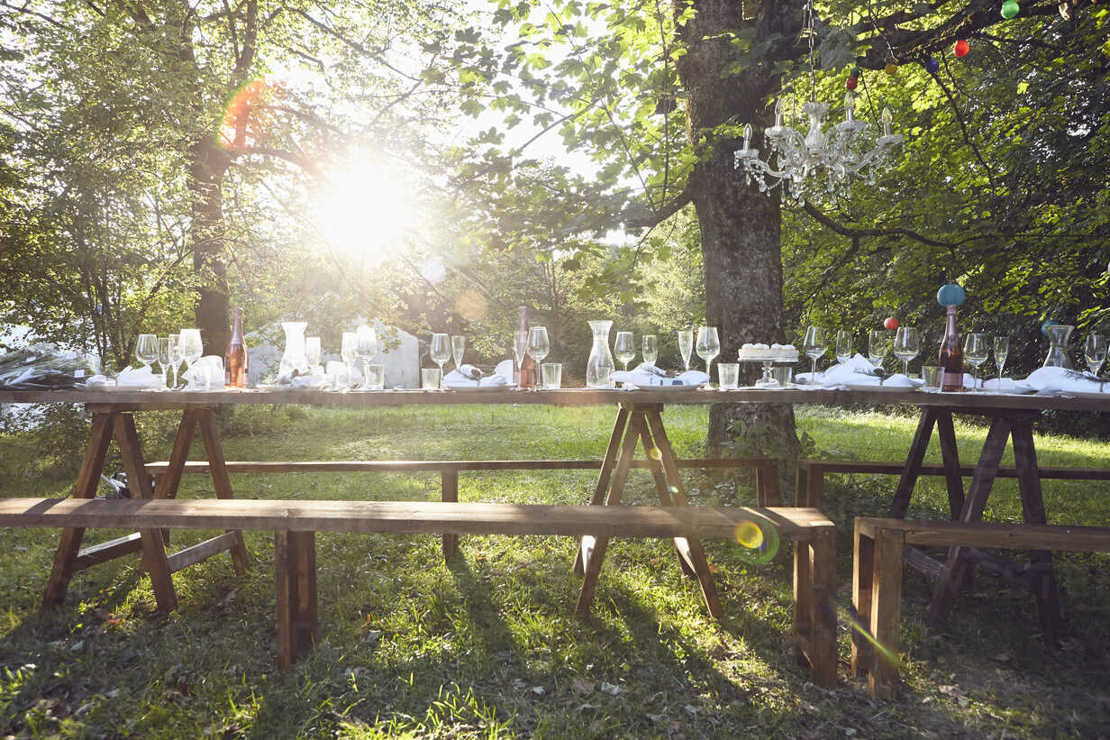 Festive decorated table outdoors - RBF06099 - Rainer Berg/Westend61