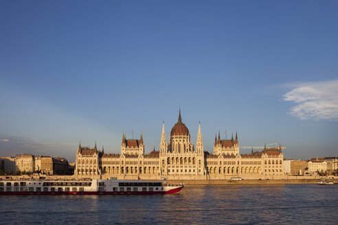 Hungary, Budapest, Hungarian Parliament Building at sunset at Danube River - ABOF00297