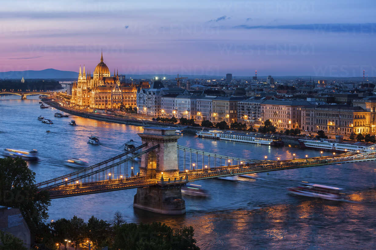 Hungary, Budapest, cityscape at dusk with Chain Bridge on Danube River - ABOF00327 - Artur Bogacki/Westend61