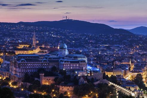 Hungary, Budapest, Buda Castle in evening cityscape - ABOF00330