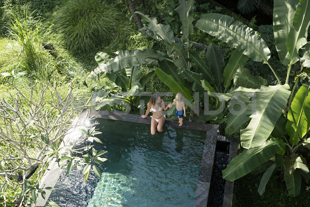 Mother and son sitting by the poolside - SBOF00903 - Steve Brookland/Westend61