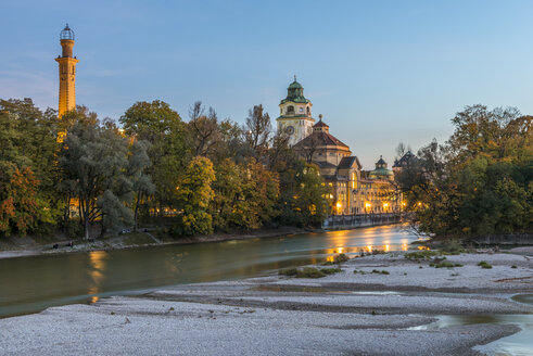 Germany, Bavaria, Munich, River Isar and Muellersches Volksbad in autumn - KEBF00683