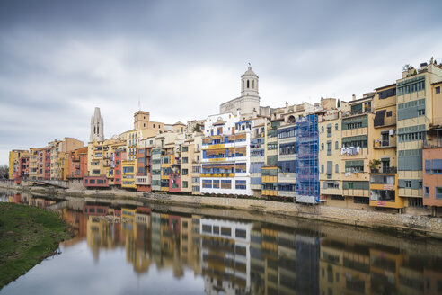 Spain, Girona, colorfull houses in old town - XCF00156