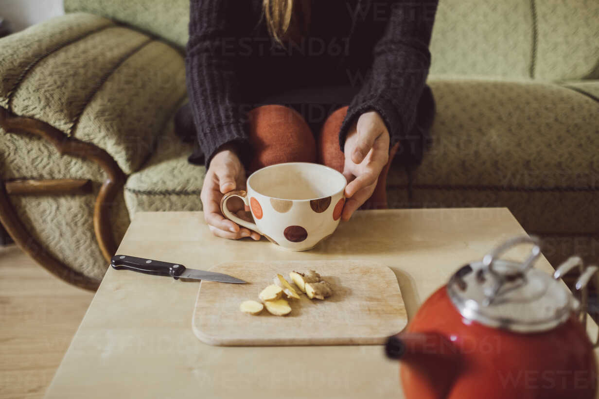Woman preparing fresh ginger tea, partial view - JSCF00012 - Jonathan Schöps/Westend61