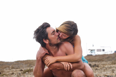 Kissing couple on the beach - SIPF01866