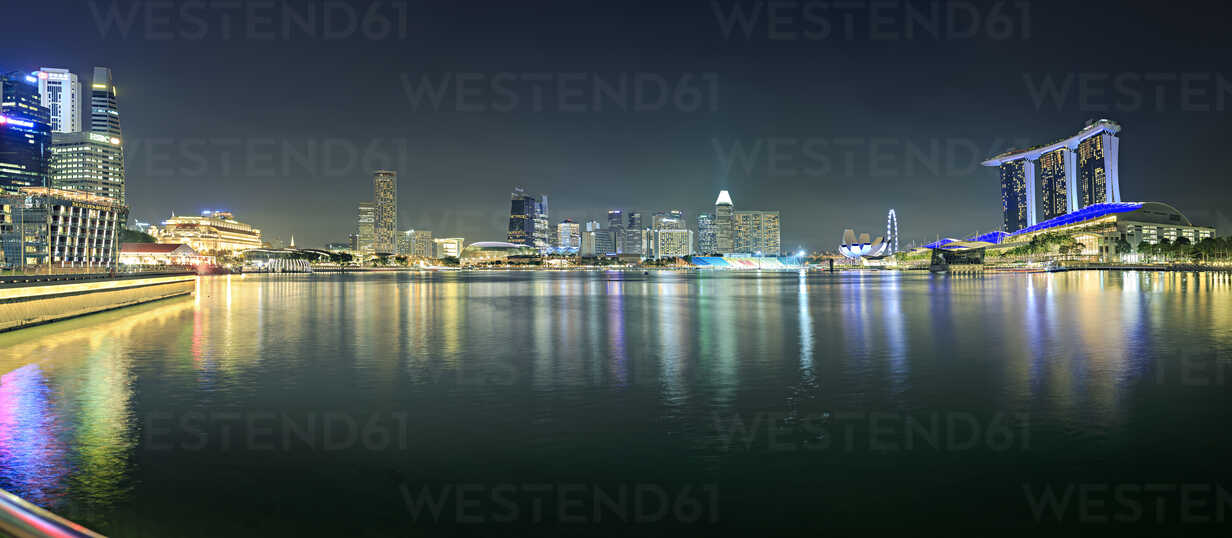 Singapore, view to skyline by night - VTF00599 - Val Thoermer/Westend61