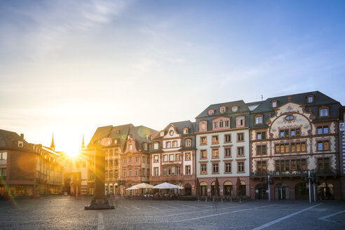 Germany, Rhineland-Palatinate, Mainz, Old town, Cathedral Square against the sun - PUF00923