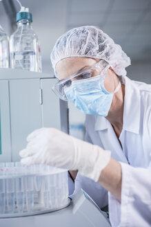 Scientist working in lab - WESTF23747
