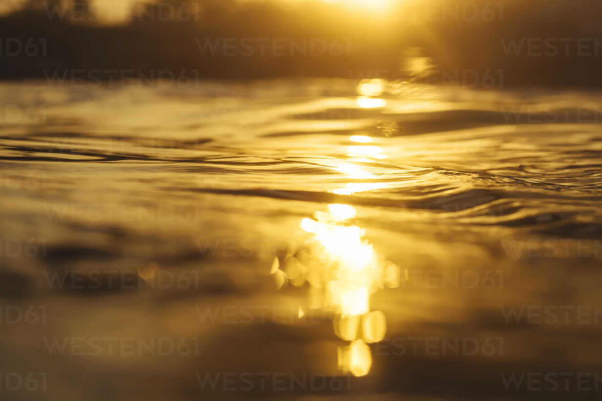 Ocean water at sunrise time - KNTF00922 - Konstantin Trubavin/Westend61