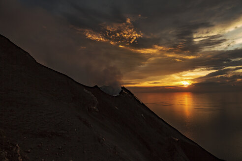Italy, Aeolian Islands, Stromboli, volcanic eruption facing sunset - THGF00031
