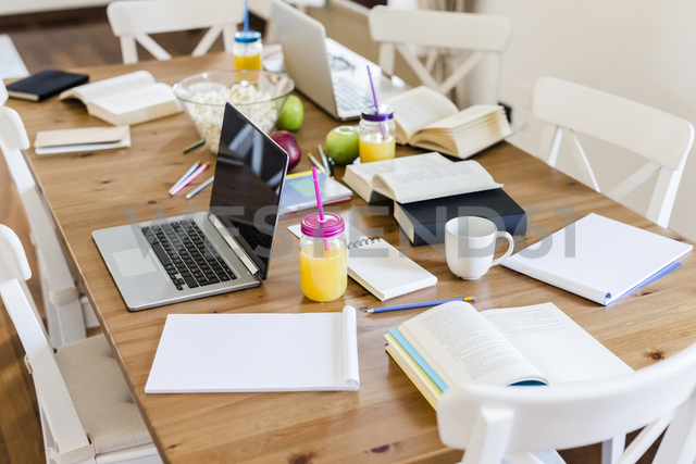Laptop, books and notepads on a wooden table at home - GIOF03367 - Giorgio Fochesato/Westend61