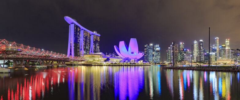 Singapore, Marina Bay view with Marina Bay Sands Hotel and skyline of Singapore town by night - VTF00607