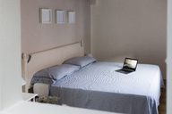 Laptop on a bed - GIOF03468