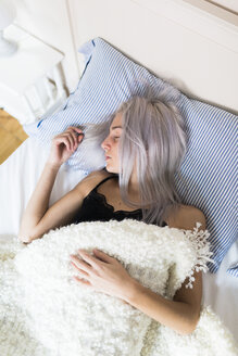 Young woman sleeping in bed - GIOF03471