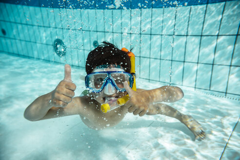 Boy with diving goggles and snorkel under water in swimming pool - MFF04179