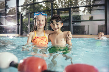 Portrait of smiling boy and girl in swimming pool - MFF04203