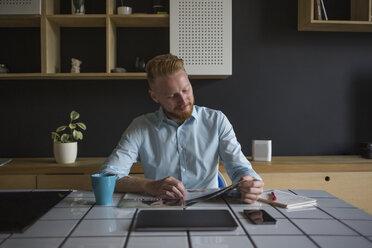 Freelance businessman working at home - MOMF00307