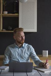 Freelance businessman working at home - MOMF00313