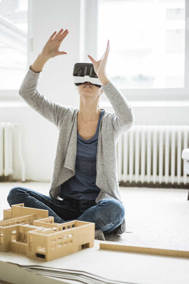 Woman in office with architectural model wearing VR glasses - JOSF01958 - Joseffson/Westend61