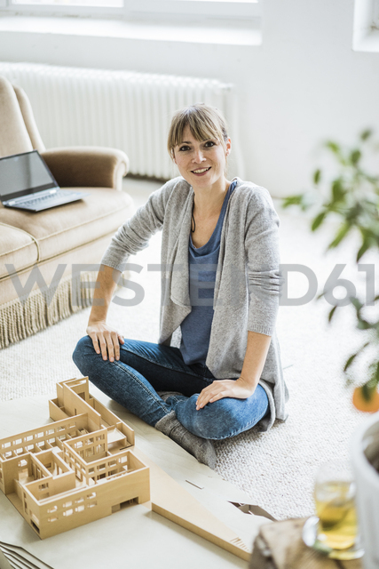 Portrait of smiling woman in office with architectural model - JOSF01961