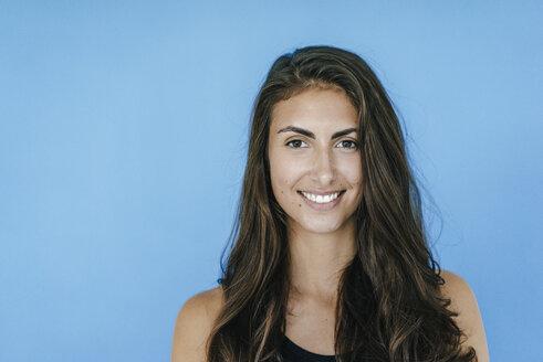 Portrait of smiling brunette young woman - KNSF02992