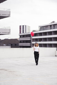 Young woman with red balloon - UUF12329