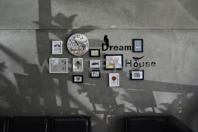 Picture frames and word Dream House on a grey wall - IGGF00202